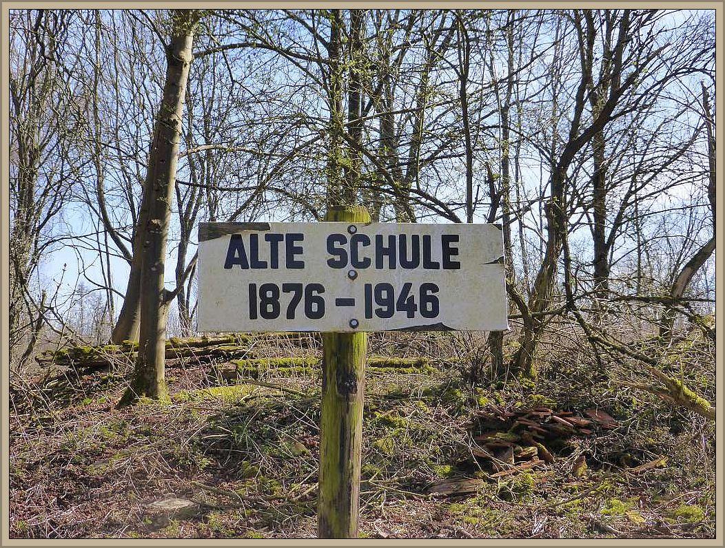 Unser Weg führte uns auch am ehemaligen Standort einer alten Dorfschule vorbei, von der heute nur noch eine Fundamentreste und Ziegel übrig sind.