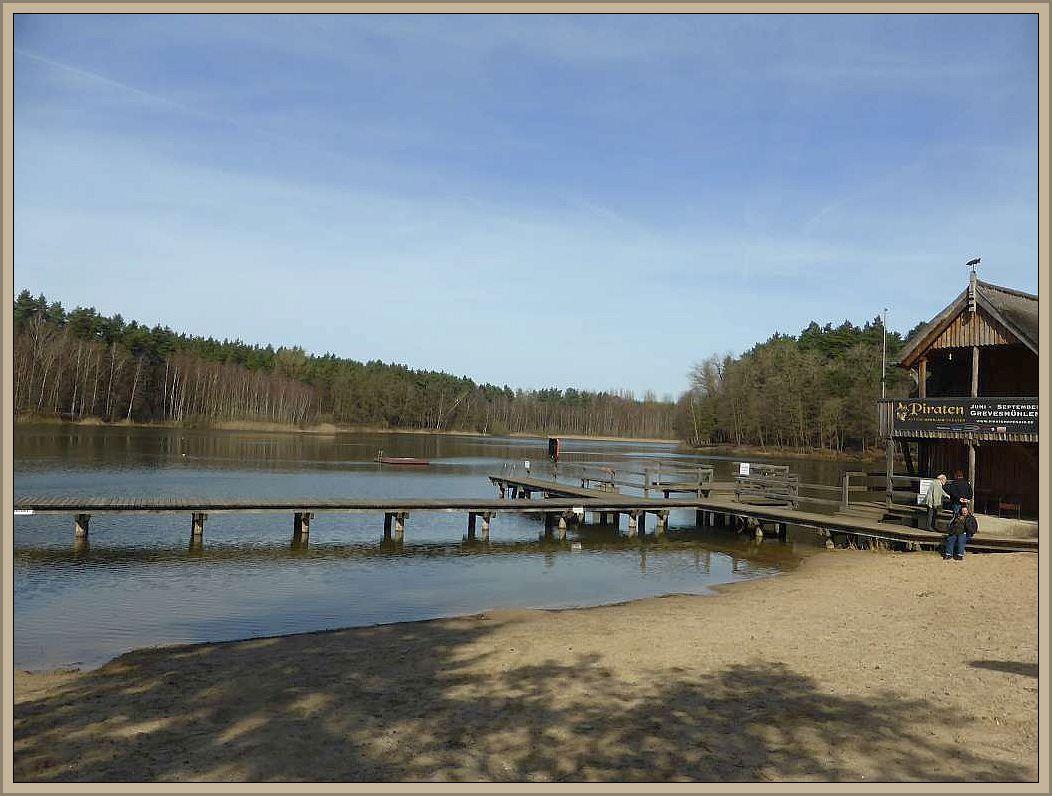 Der Rote See von der Badestelle aus am Nachmittag des 02. April 2016 in der warmen Frühlingssonne.