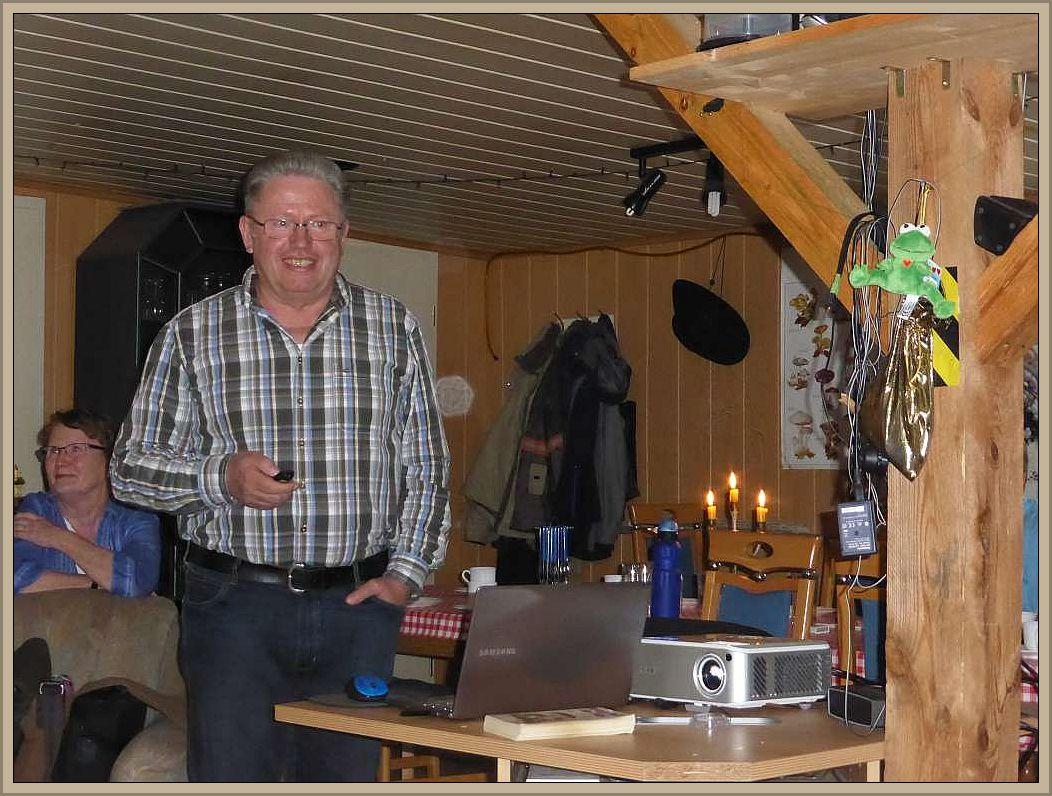 Ulrich Klein während seines Vortrages. Ich freue mich, das ich ihn für diesen Teil unseres kleinen Seminars gewinnen konnte und er damit uneigennützig auch den Steinpilz - Wismar tatkräftig unterstützt. Links im Hintergrund seine Lebensgefährtin Anke Weselow.