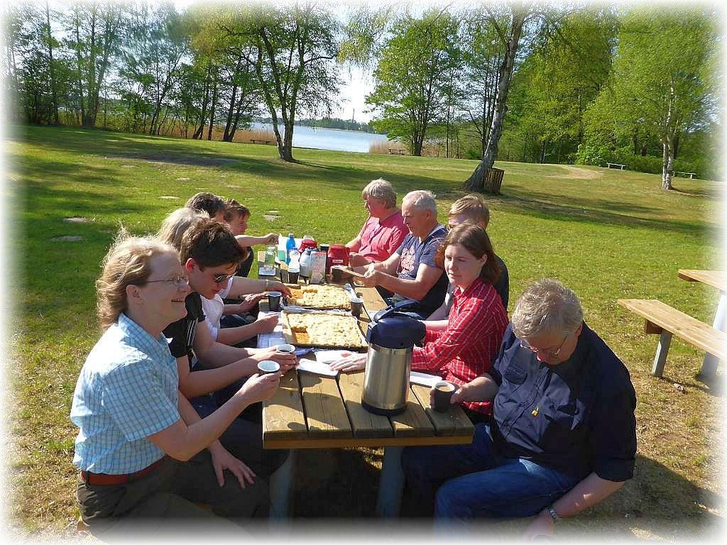 Zum Abschied servierte uns Irena noch einmal Kaffee und Kuchen im freien. Im Hintergrund der Holzendorfer See.