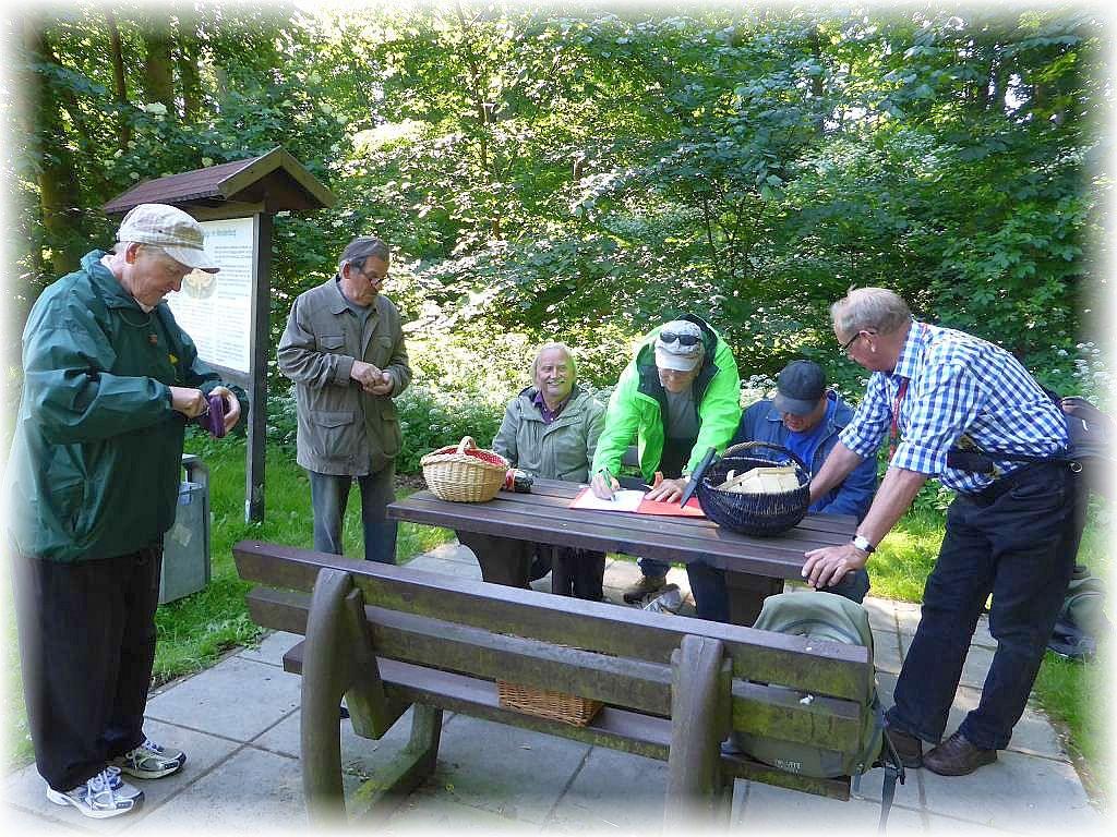 Am Burgwall in Dorf Mecklenburg durfte sich zunächst jeder in meiner Teilnehmerliste verewigen und die fünf Euro Teilnahmegebühr entrichten.