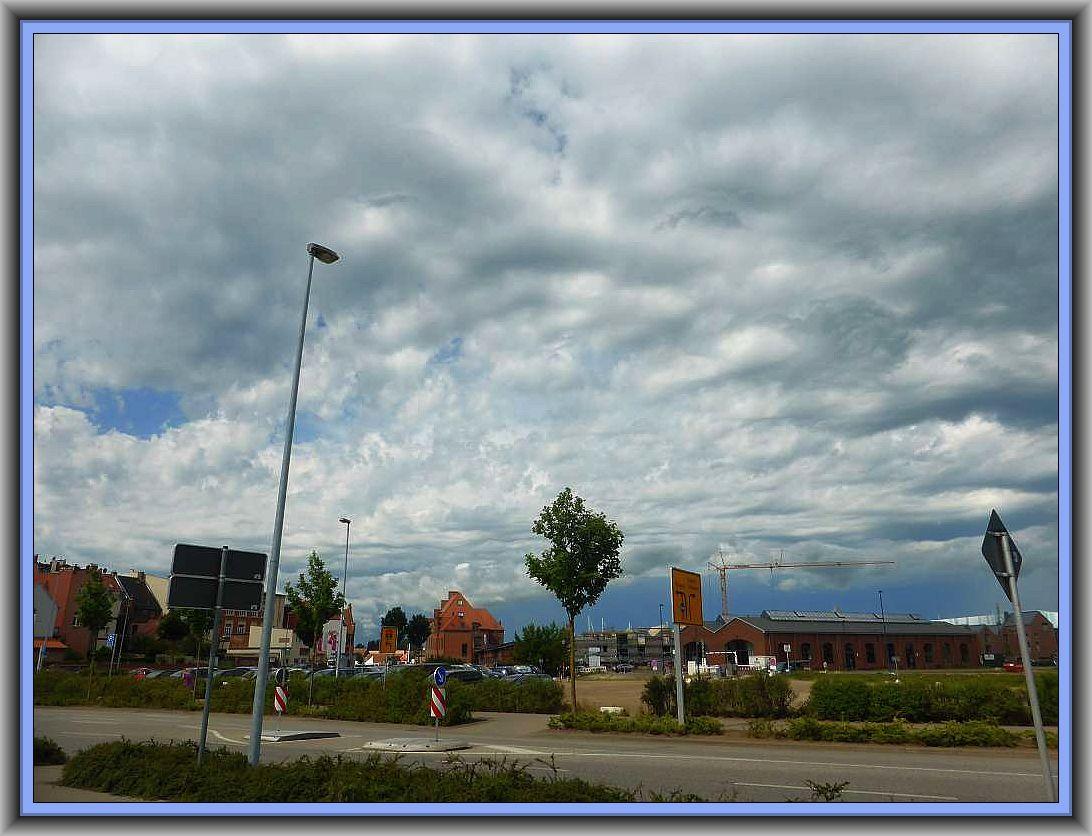 Chaotischer Gewitterhimmel heute Vormittag über dem Wismarer Hafengebiet.