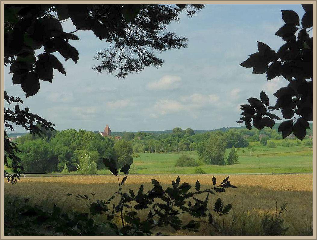 Ein weiterer Blick in die Landschaft zeigr die Crivitzer Backsteinkirche.