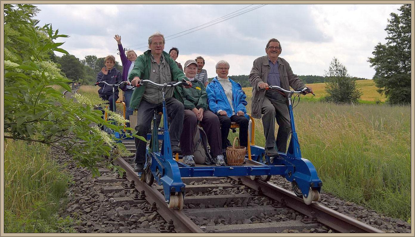 Das war doch mal etwas anderes. Die Wismarer Pilzfreunde sind Happy, es geht per Schiene und Muskelfraft hinaus in die Sommerfrische! Foto: Ulrich Klein.