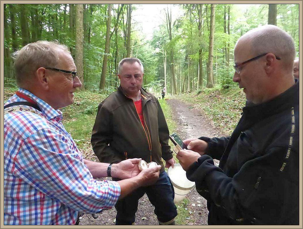 Klaus Warning (links) stellt das Innenleben eines Hexeneis der Stinkmorchel vor mit entsprechenden Erläuterungen zu möglichen Nebenwirkungen nach reichlichem Genuss.