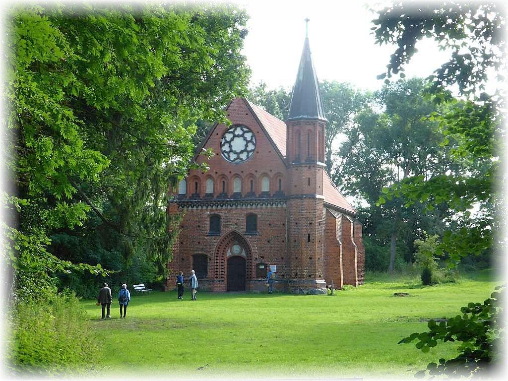 Vorbei an der schicken Kapelle Althof.