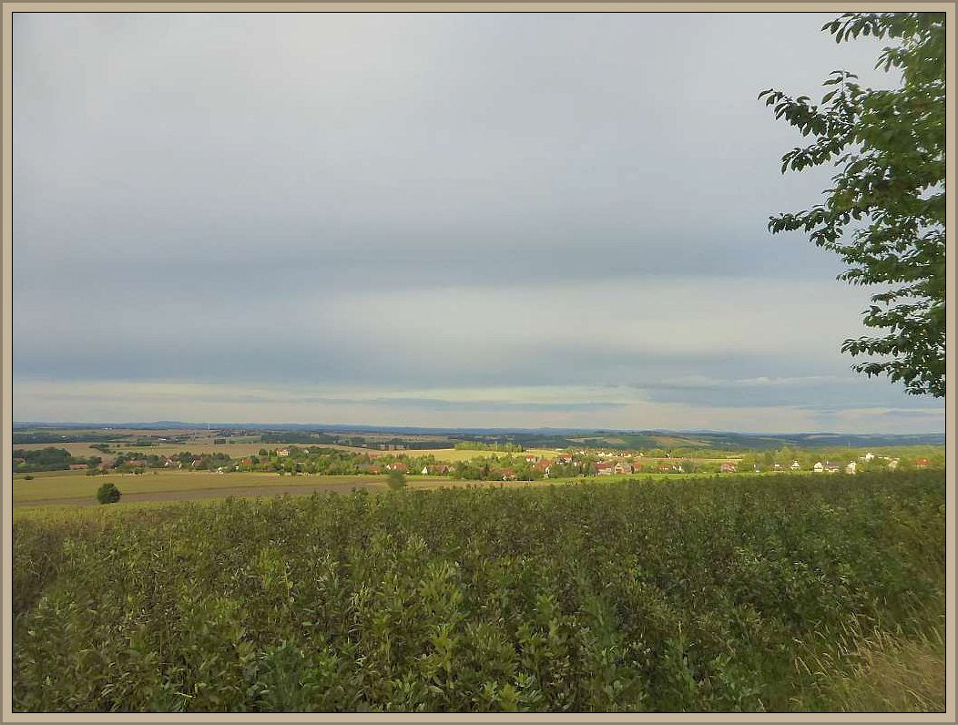 Unser erstes Nachtlager schlugen wir am Tharandter Wald, am Rande des Erzgebirges bei Dresden auf. Für einen kurzen Moment riss die zähe Wolkendecke auf und ließ letzte, abendliche Sonnenstrahlen auf die von sanften Hügeln geprägte Landschaft frei.