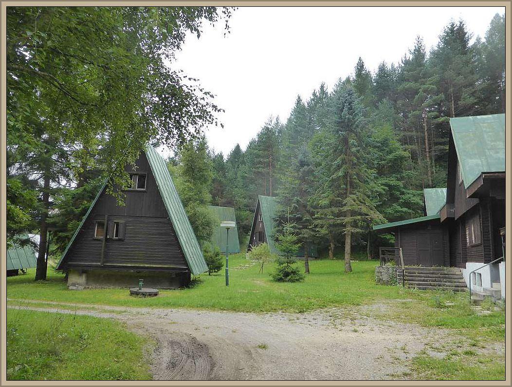 Am nächsten Tag fuhren wir weiter über Tschechien bis in die Slowakei, wo wir spät in der Nacht den Geburtort meiner Mutter, Vricko, erreichten. Am morgen wachten wir nach einer weiteren Nacht im Auto bei diesen Finnhütten, die offensichtlich zu MIeten sind, am Rande des Ortes auf. Gleich daneben plätscherte ein eiskalter und glasklarer Gebirgsbach, der zum Waschen und Keffee - Kochen einludt, auf.