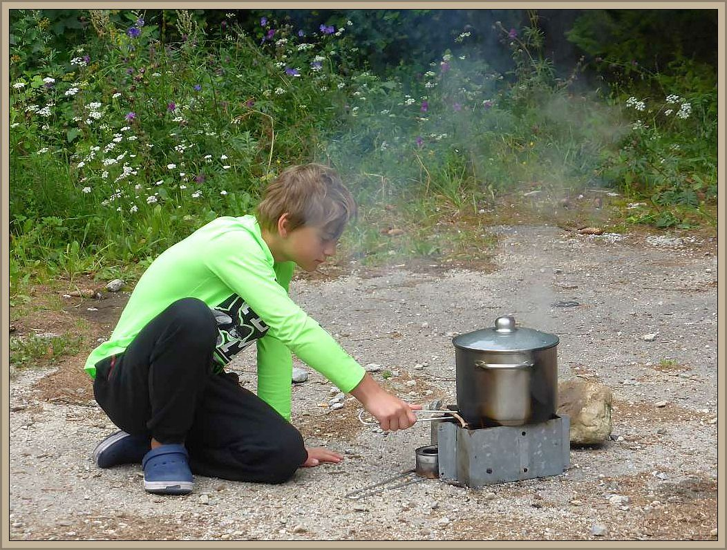 Jonas betreut die dafür provisorisch eingerichtete Kochstelle.
