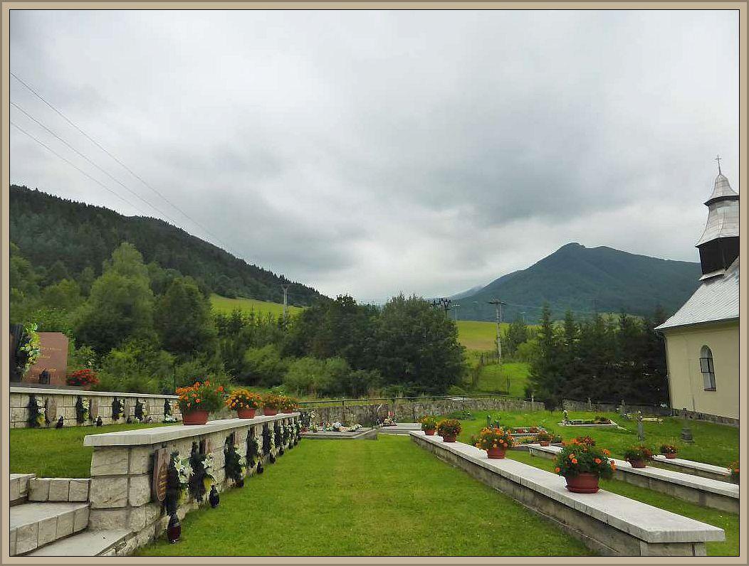 Blick vom gut gepflegten Friedhof auf die Berge.