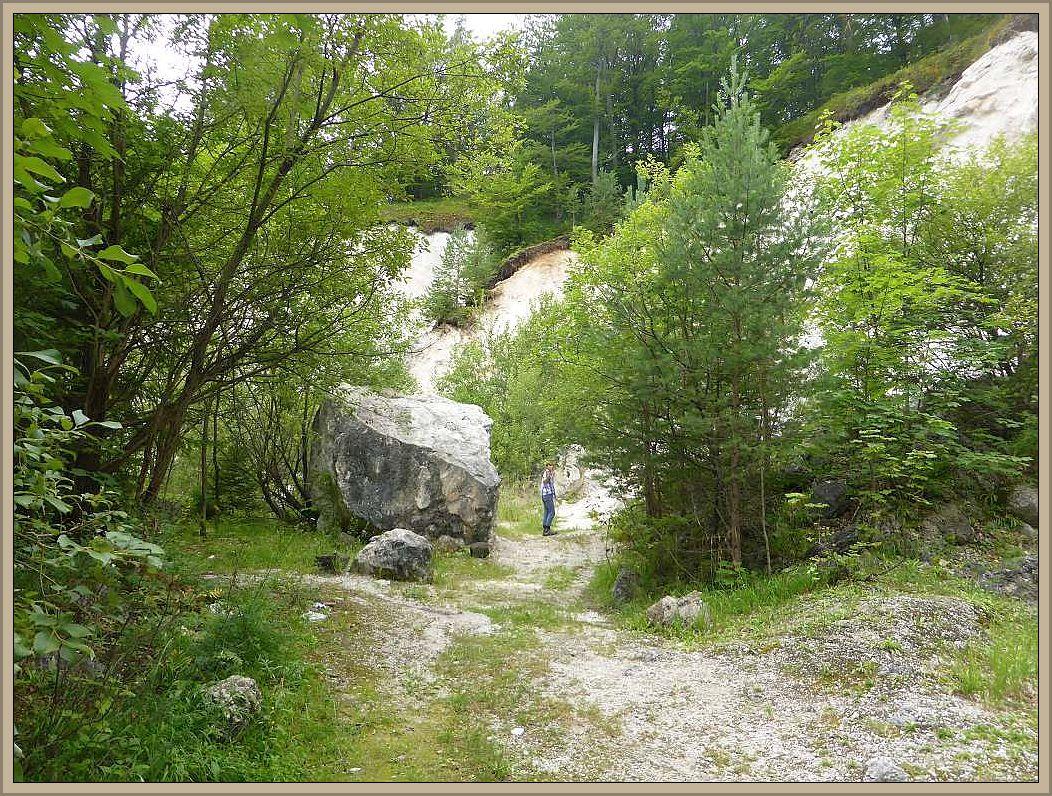 Ein kleiner Steinbruch in der Nähe des Ortes annimierte Jonas dazu, für seine Oma eine kleine Steinplatte mit zu nehmen und ihr diese auf das Grab auf dem Wismarer Friedhof zu legen, denn sie hatte es nicht mehr geschaft, ihren Geburtsort jemals wieder zu sehen.