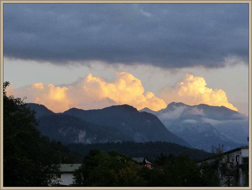 Am Abend des selben Tages, Sonntag, dem 14. August, fuhren wir bei Salzburg über die deutsch/östereichische Grenze nach Bayern bis Berchtesgarden. Über den mächtigen Gebirgsmassiven am Watzmann bilden sich mächtige Gewitterwolken im Abendlicht der untergehenden Sonnen.