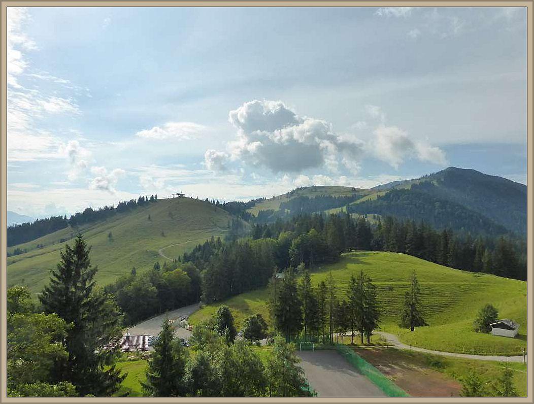 Grüne Almen und tiefe Wälder laden zum Wandern und im Winter zum Skifarn ein.