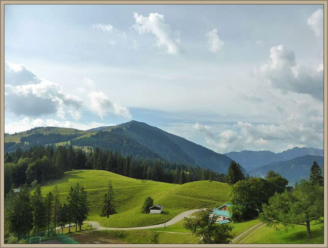 Ein Nebenfluß des Inn, die Mangfall, die ihrerseits in die Isaar mündet gab diesem Gebirge ihren Namen. Ein beliebtes Ausflugsziel der nahen Bayrischen Landeshauptstadt München.