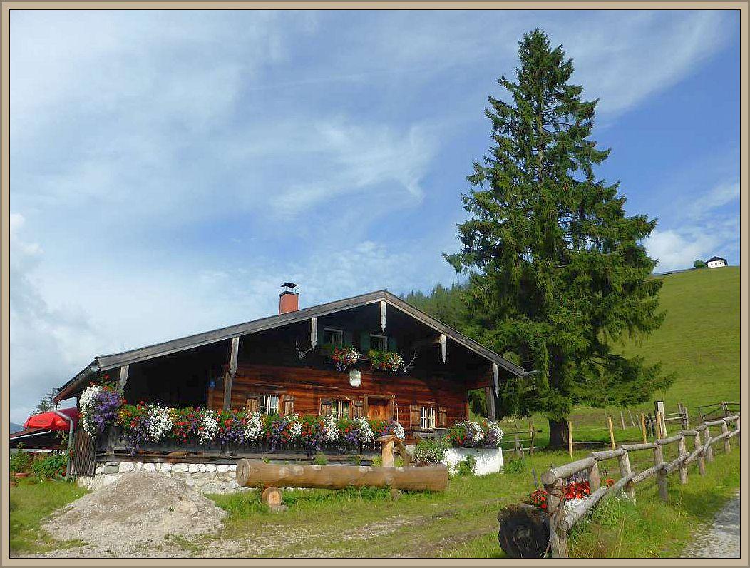 Der zugehörige Bauer wohnt in diesen prächtigen und hoffentlich auch gemütlichen Berghof.