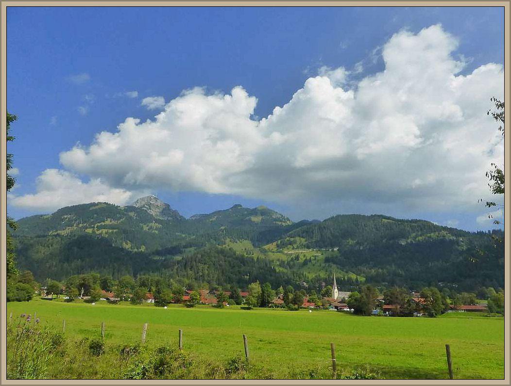 Blick auf Bayrischzell mit dem Wendelstein - Massiv im Hintergrund.