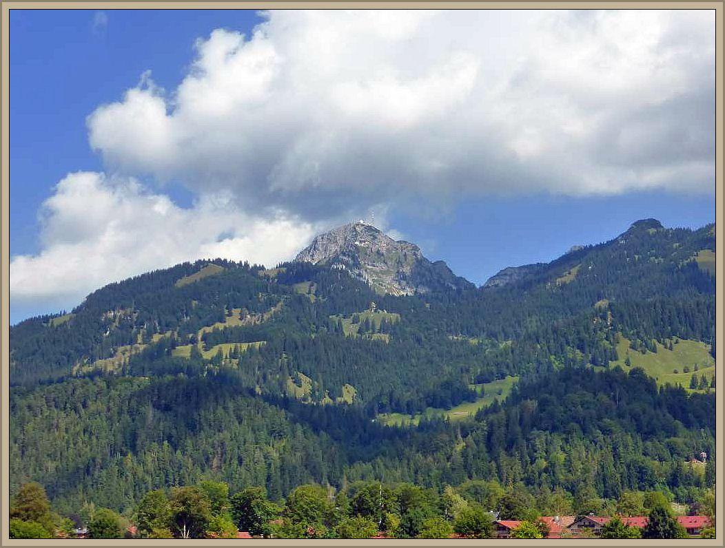 Der Wendelstein ist mit 1838 Metern der höchste Gipfel des Wendelstein - Massivs. Er kann von der Jugendherberge zu Fuß bestiegen werden, mit der Selbahn oder aber auch mit der Zahnradbahn erklommen werden. Wir fuhren mit der Seilbahn hinauf.