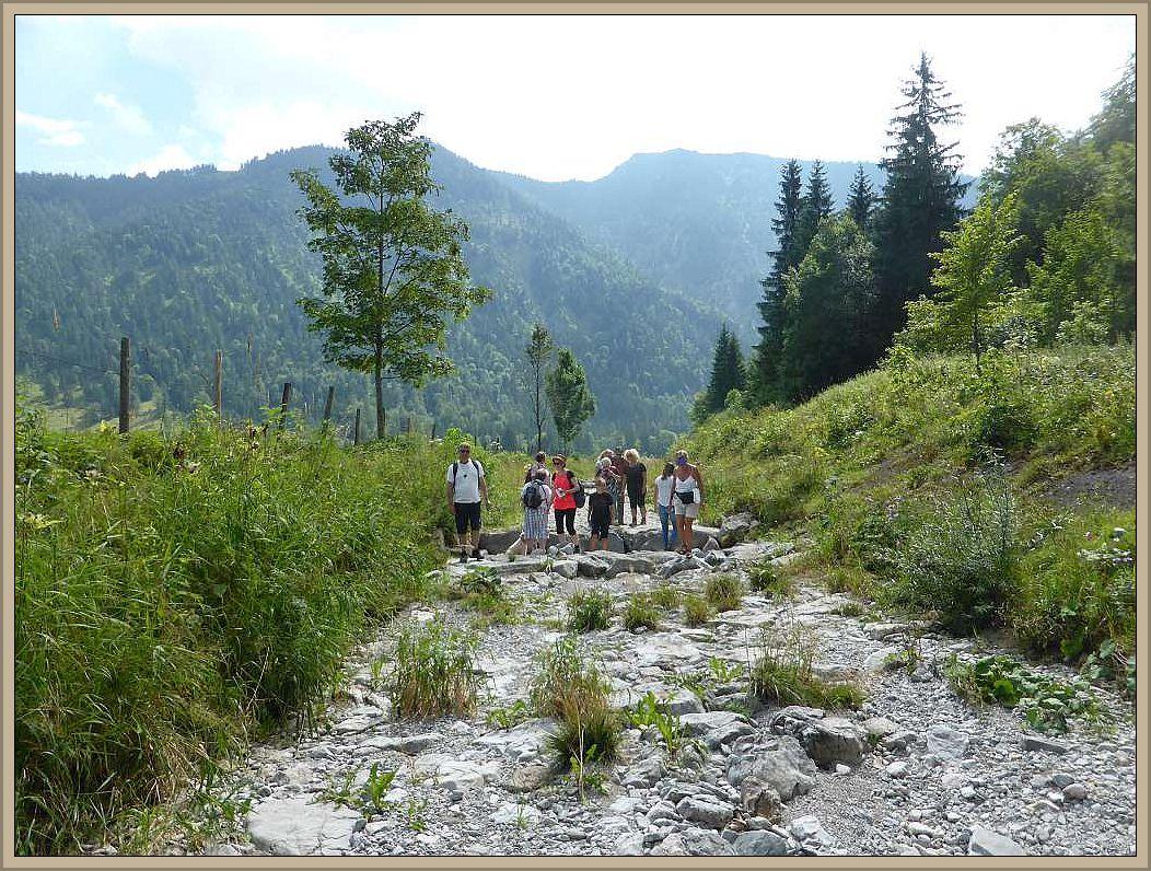 Am zweiten Tag in Bayrischzell nutzten wir auch das Angebot einer geführten Kräuterwanderung. Sie führte uns auch durch ein ausgetrocknetes Flußbett, das vor wenigen Tagen während starker Regenfälle noch ein Wildwasser war.