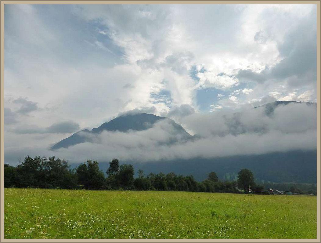 Die nächste Station war der Olympia - Ort Garmisch - Partenkirchen. Hier kamen wir wieder in der dortigen Jugendherberge unter, die besonders für Famlien mit kleinen Kindern viele Spielmöglichkeiten und Angebot bereit hält. Nach nächtlichen Gewittern kondensiert die feuchte Luft zu Wolken und veredeckt die Berge zumindest teilweise in unterschiedlichen Höhen.