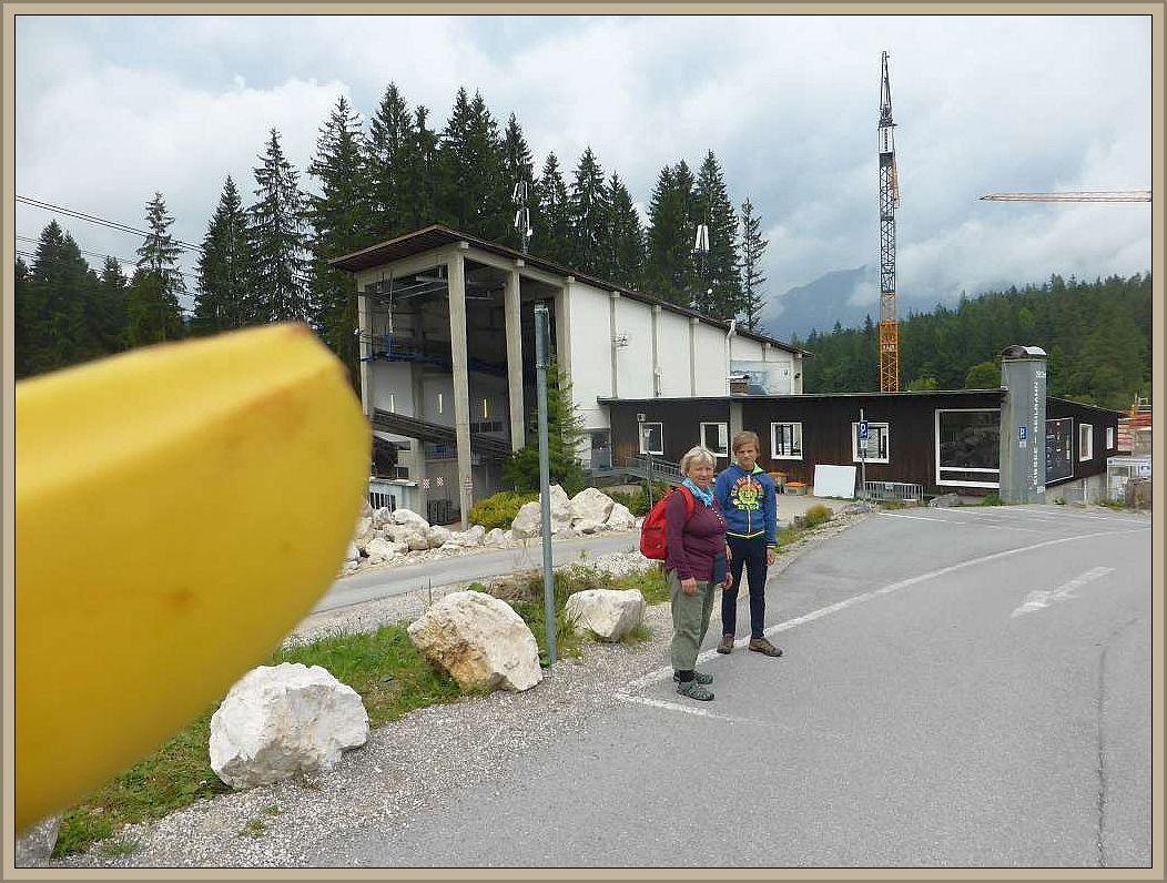 Heute stand nun ein Ausflug zu Deutschlands höchstem Berg, der Zugspitze, auf dem Programm. Auf und unterhalb des Gipfels herrscht rege Bautätigkeit. Hier befindet sich derzeit die höchste Baustelle in deutschen Landen. Hier entsteht die neue Zugspitz - Seilbahn, die die alte, 1963 errichtete, ablösen soll.