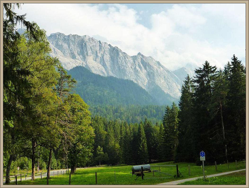 Nach dem Irena und Jonas wieder herab geschwebt waren, war auch meine spannende Pilzexkursion beendet. Noch ein letzter Blick zurüch auf das beeindruckende Zugspitz - Massiv bei Garmisch - Partenkirchen.