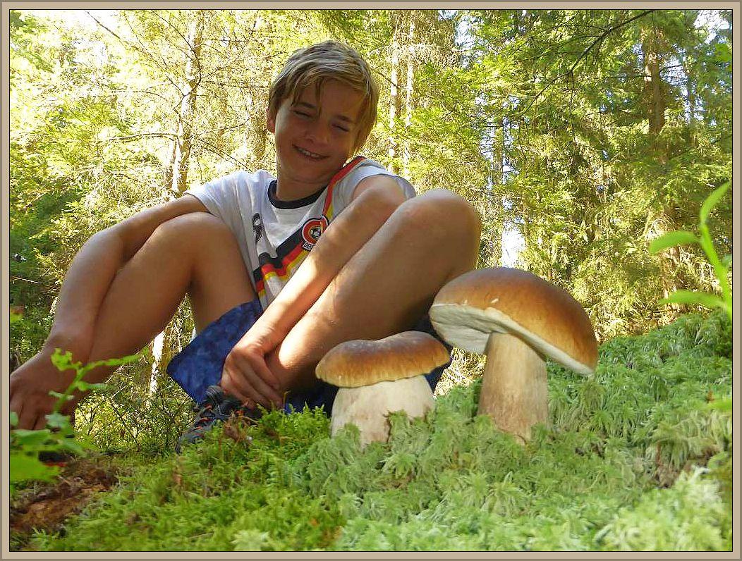 Für Glücksmomente sorgten auch immer wieder prächtige Fichten - Steinpilze (Boletus edulis) die Jonas hier voller Freunde bestaunt.