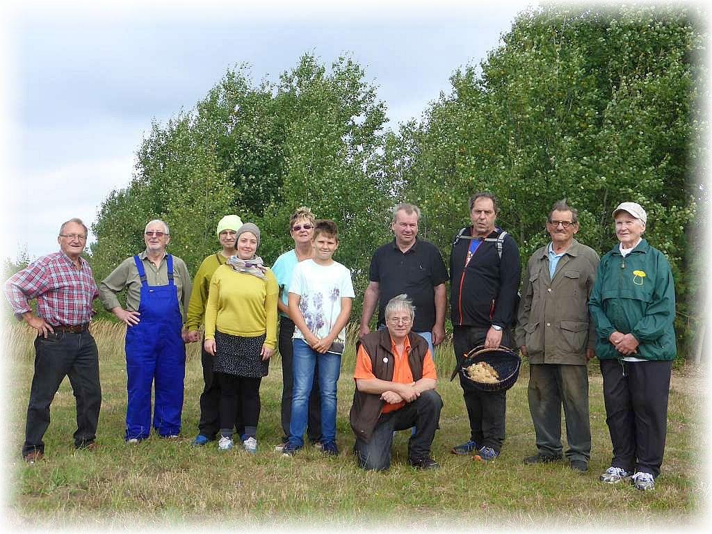 Unser Gruppenfoto belegt es, wir waren heute 11 Leute, die auf der Suche nach Frischpilzen mit sehr bescheidenen Erfoilg die Domsühler Tannen durchwanderten, sogar mit Gästen aus Leipzig! 03. September 2016.