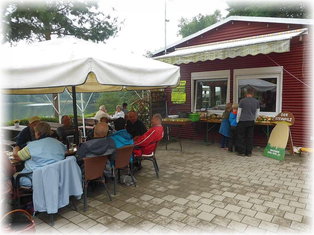 Kaum das der Hunger gesättigt, war konnte an der Blockhütte auch schon die Ausstellung bewundert werden.