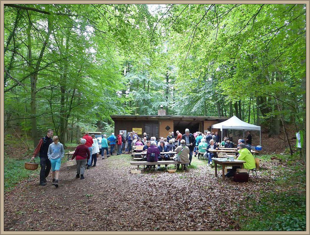 Nachdem sich alle mit herzhafter Pilzpfanne, Kaffee und Kuchen sowie Pils vom Fass gestärkt hatten, klang die Veranstaltung in gemütlicher Runde aus und das Wetter spielte ebenfalls mit.