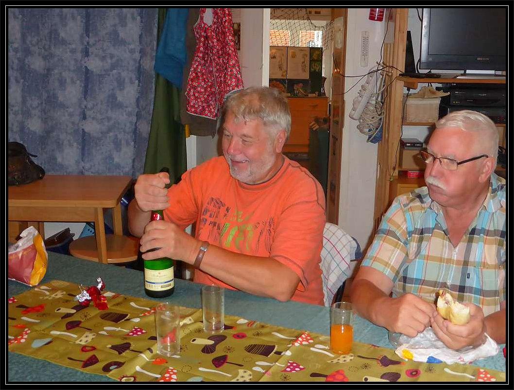 Als die Arbeit geschaft war wurde noch mit einem Gläschen Sekt angestoßen, zu dem uns Berhard aus dem Spreewald einludt, der gerade für einige Tage Urlaub in unserer schönen Hansestadt verlebte. Auch ihm gebührt ein herzliches Dankeschön, da er uns trotz Urlaubs tatkräftig unterstützte!