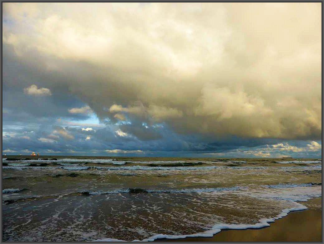 Stürmische Impressionen von der Ostsee - Küste gestern Abend bei Prora. Über dem noch waremen Wasser brauen sich mächtige Regenwolken zusammen, die weinig später auch die ganze Insel überzogen und ihre Schleusen öffneten. 08.Oktober 2016.