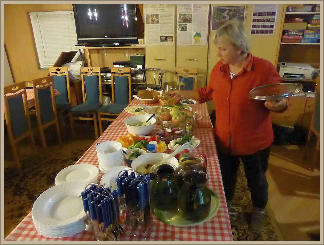 Hier sehen wir sie an der reich gedeckten Abendbrot - Tafel. Im Namen aller ein ganz großes Lob für Speis und Trank!