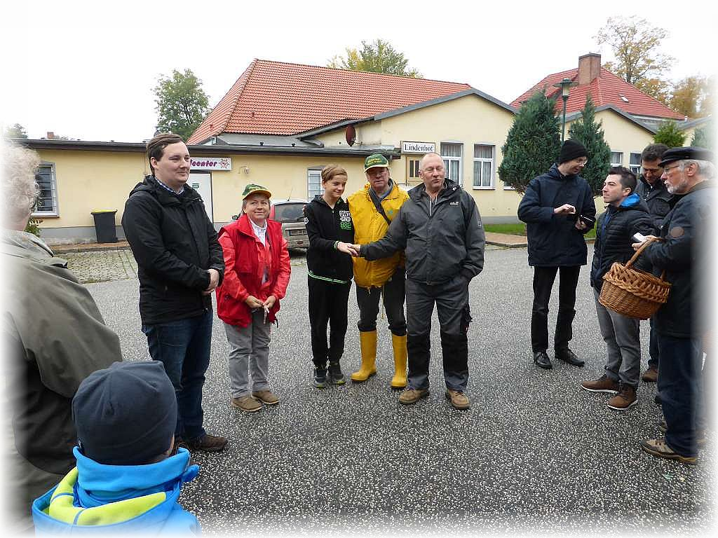 Eröffnung der 17. Tage der Pilze und Begrüßung der Teilnehmer zu den Pilzwanderungen auf dem Parkplatz neben der Klosteranlage.