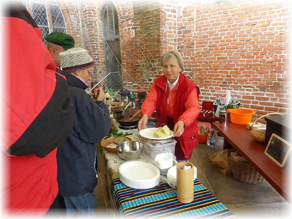 Zunächst war bei vielen aber eine Stärkung am Imbissstand von Irena angesagt. Es gab Kartoffelpüree mit Pilzpfanne, frische Waffeln, Kaffee und Tee.