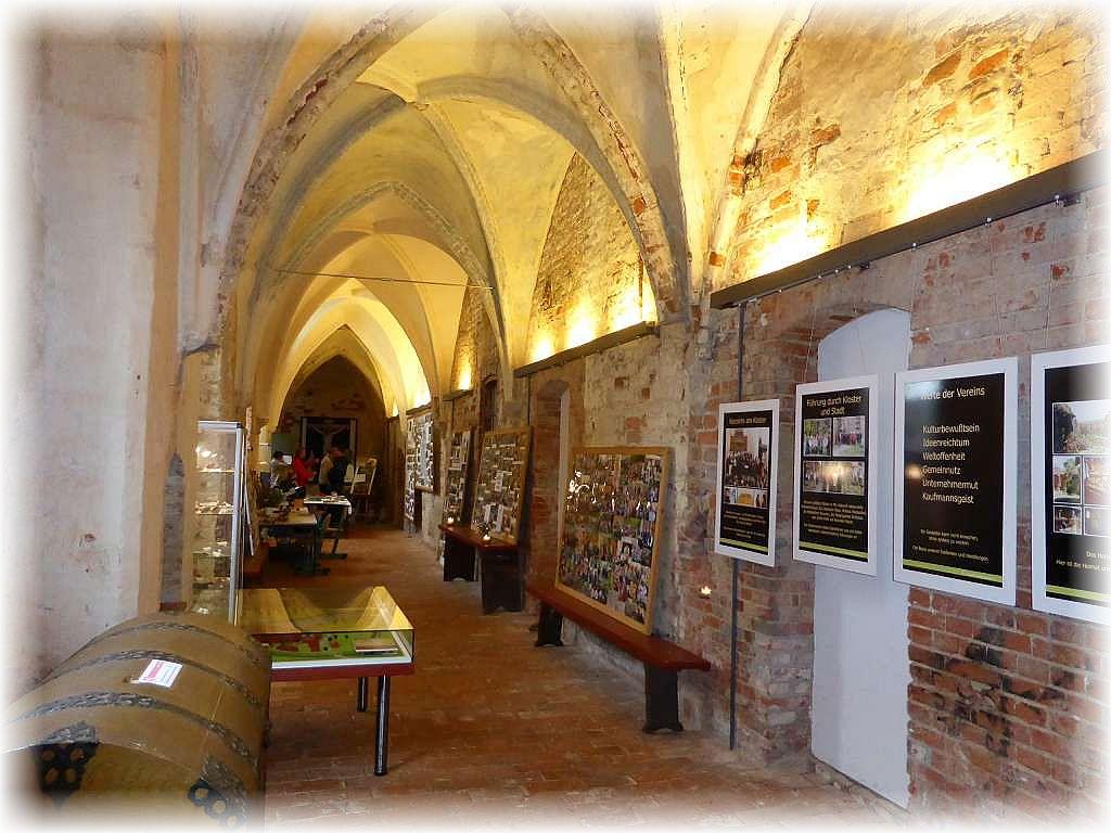 Bevor es zur eigentlichen Ausstellung in den Kreuzgängen geht, sind hier reichlich Info - Tafeln zur Kostergeschichte und vor allem zu den Aktivitäten des hiesigen Pilzvereins informativ zu besichtigen