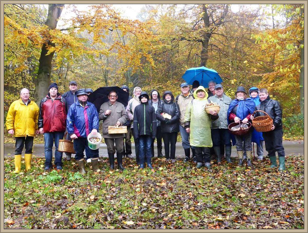 Unser Abschlußfoto im Regen am 05. November 2016 im Everstorfer Forst. Wer seinen Korb nicht voll hatte, wolte ihn nicht voll bekommen. Es war für jeden genug da..