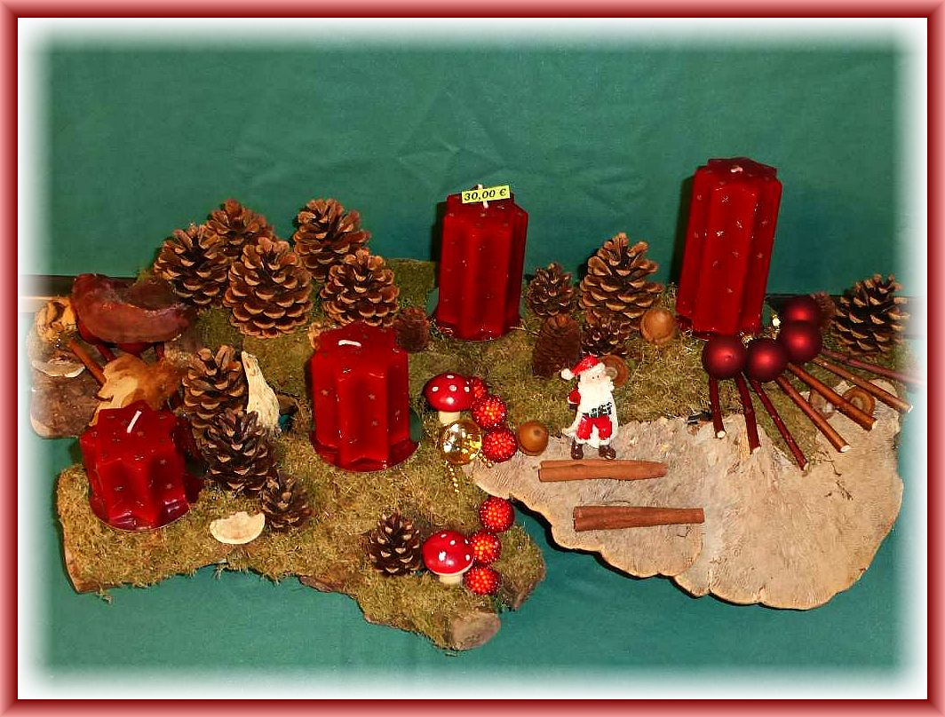1. -Großes, etwa 60 cm langes und 30 cm tiefes 4er Gesteck mit dunkelroten Sternkerzen auf Astgabel mit Moos, Striegeliger Tramete, Eichenwirrling, Glänzendem Lackporling, Kiefernzapfen und Hartriegel sowie künstlicher Weihnachtsdekoration zu 30.00 €.
