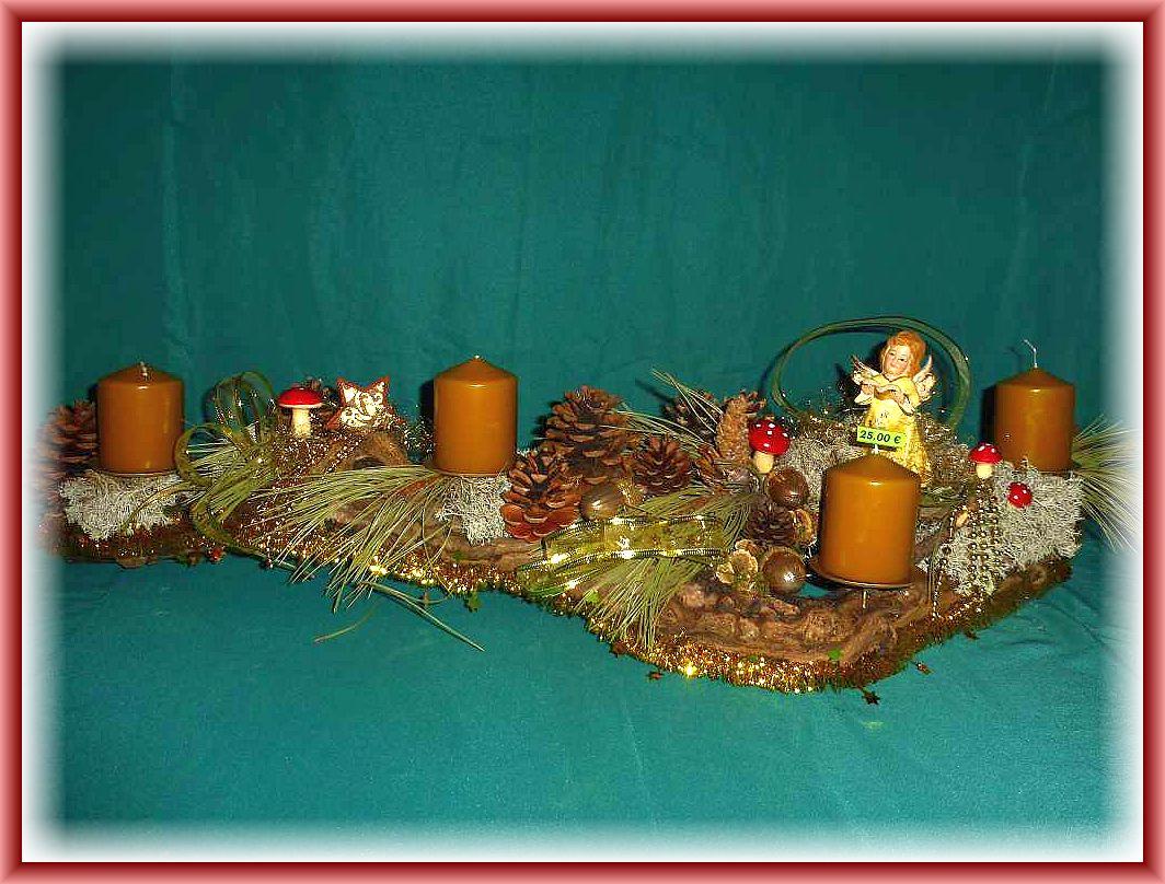 2. Etwa 1 m langes, bis zu 25 cm tiefes 4er Gesteck auf Baumrinde mit Stumpenkerzen in Tundra, Kieferndeko, Rentierflechte, Engel und filigraner, in gold gehaltener Weihnachtsdekoration zu 25.00 €