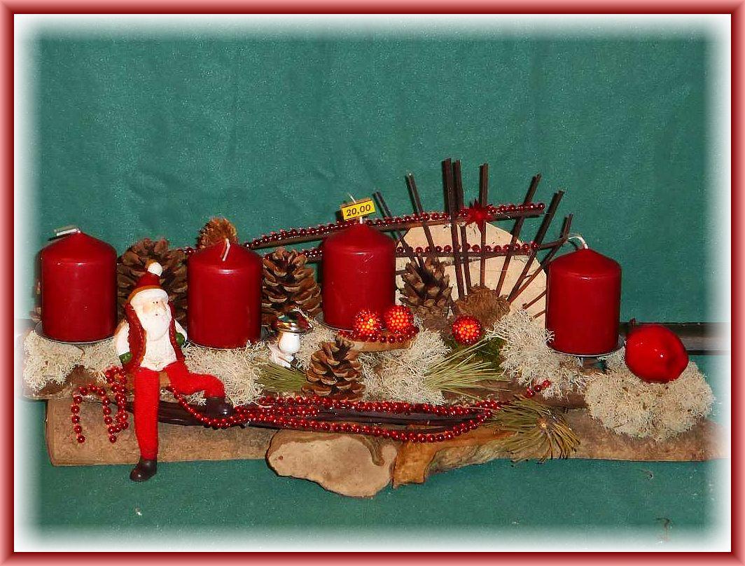 Etwa 50 cm langes, gut 20 cm tiefes 4er Gesteck auf Langholz mit dunkelroten Stumpenkerzen, Echtem Zunderschwamm, Buckel . Tramete, Rentierflechte, Zapfen, Hartriegel, Weihnachtsmann und weiterer Dekoration zu 20.00 €.