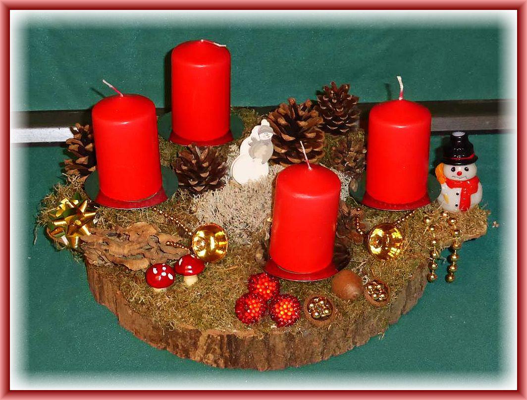 5. Rundliches 4er Gesteck auf Baumscheibe, 30 cm im Durchmesser, Moos, roten Stumpenkerzen, Angebranntem Rauchporling, Zapfen, Rentierflechte und Weihnachtsdekoration zu 12.50 €.