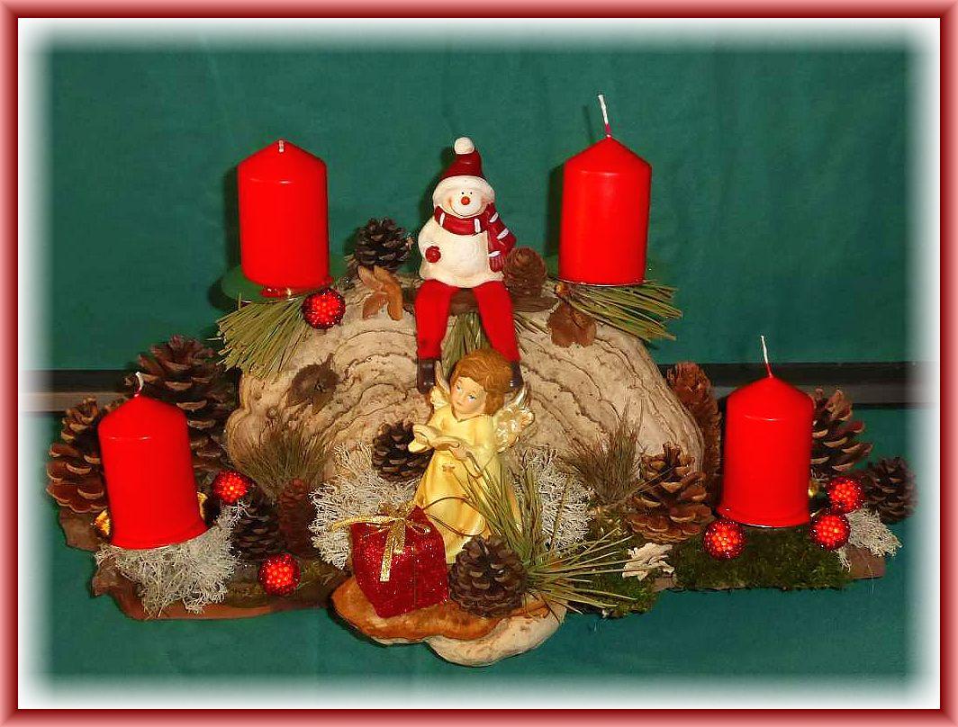 6. Kompaktes 4er Gesteck mit Echtem Zunderschwamm, auf stabiler Baumrinde mit roten Stumpenkerzen, Rentierflechte, Zapfen, etwa 45 cm lang und 25 cm tief mit Eingel und Weihnachtsfigur zu 20.00 €.