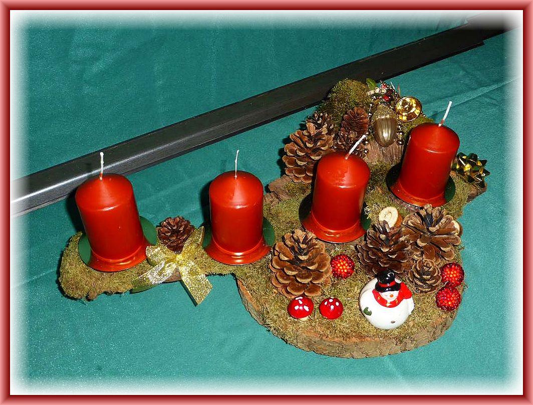 7. Gut 40 cm langes und bis 30 cm tiefes 4er Gesteck mit kupferbraunen Stumpenkerzen auf Baumscheibe und stabiler Baumrinde mit Moos, Kiefernzapfen und Weihnachtsdekoration zu 12.50 €.