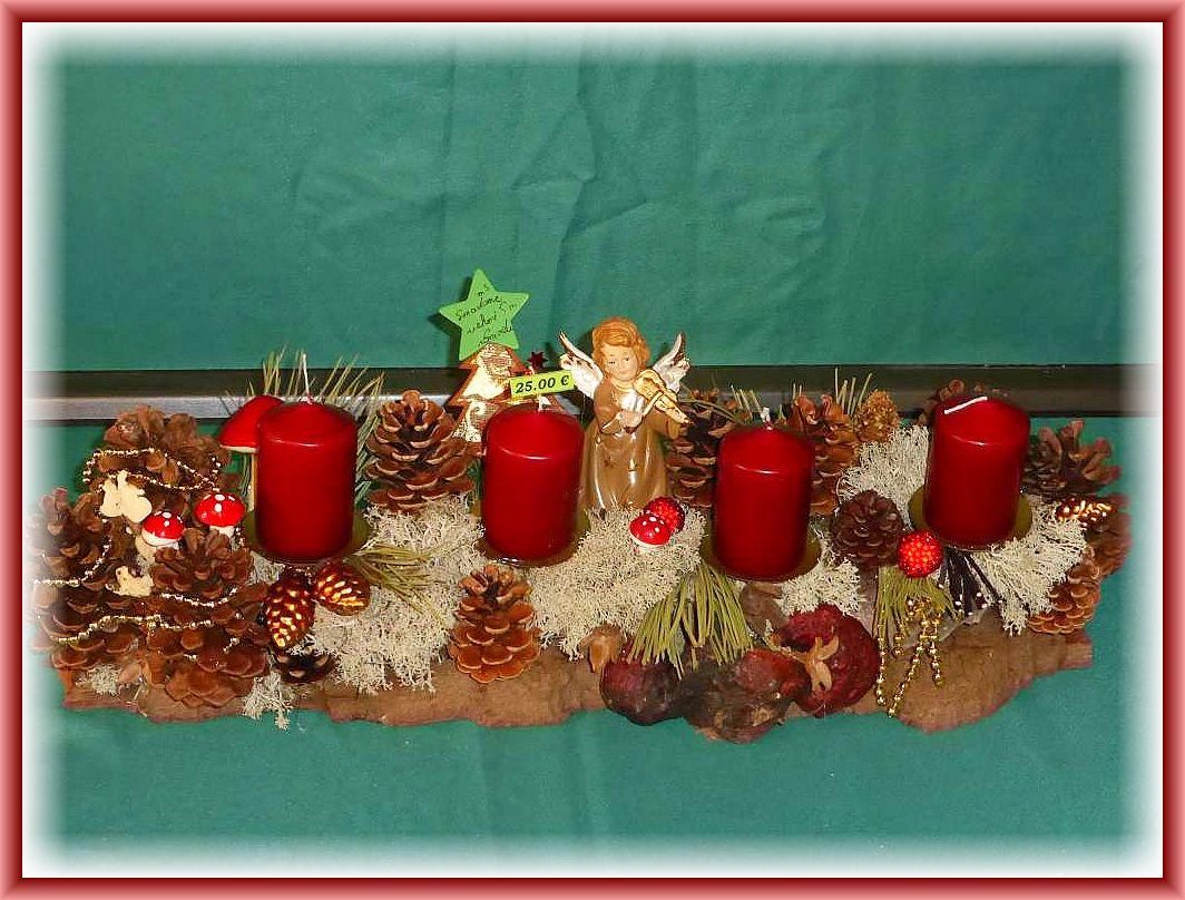 8. Etwa 50 cm langes, 20 cm tiefes 4er Gesteck mit burgundfarbenen Stumpenkerzen auf stabiler Baumrinde mit viel Rentierflechte, Kiefern- und Weihnachtsdekoration sowie Engel für 25.00 €.