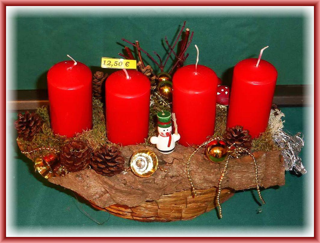 11. Kompaktes 4er Gesteck auf Korb und Baumrinde, Hartriegel, Weihnachtsdekoration und 4 roten Stumpenkerzen ohne Brennteller! 12.50 €.