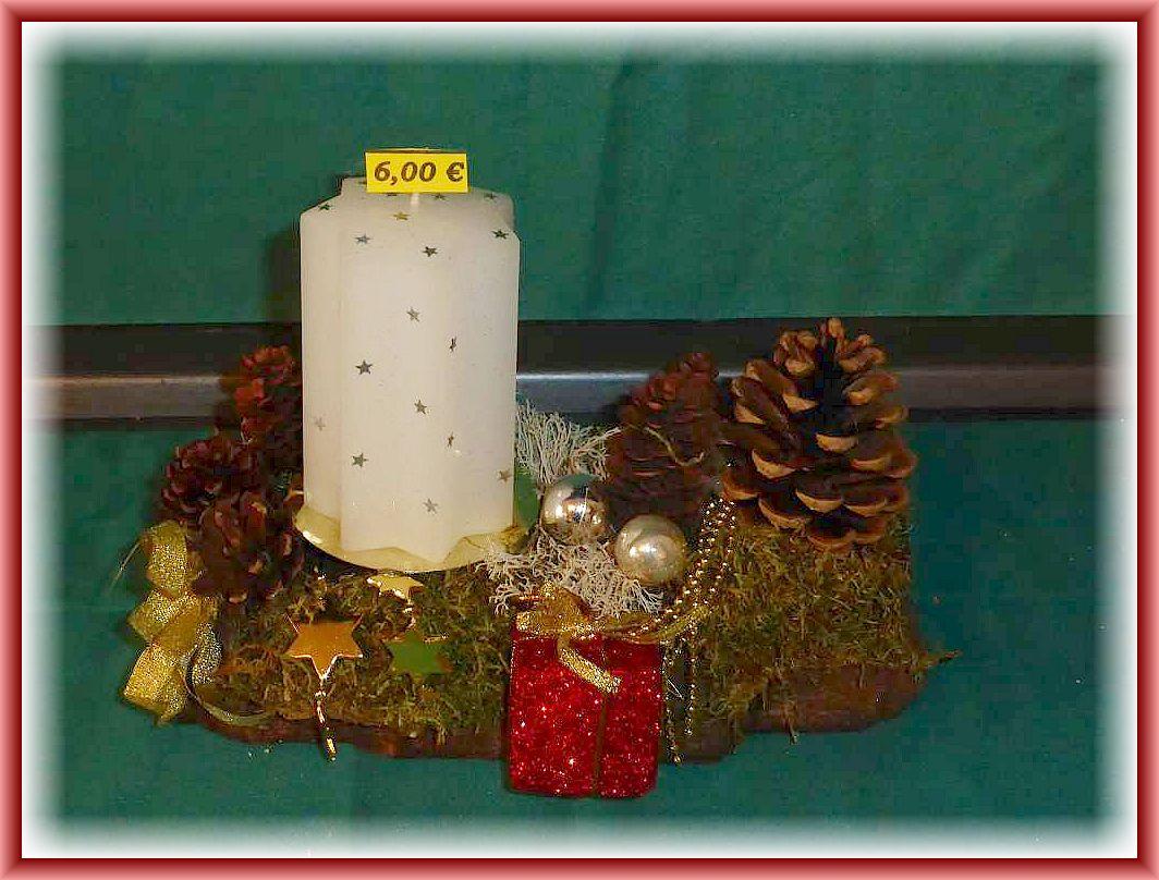 17. Kleines, etwa 20 cm langes, bis 10 cm tiefes 1er Gesteck mit weißer Sternkerze auf stabiler Baumrinde mit Moos, Zapfen, Rentierflechte und künstlicher Weihnachtsdekoration für 6.00 €.