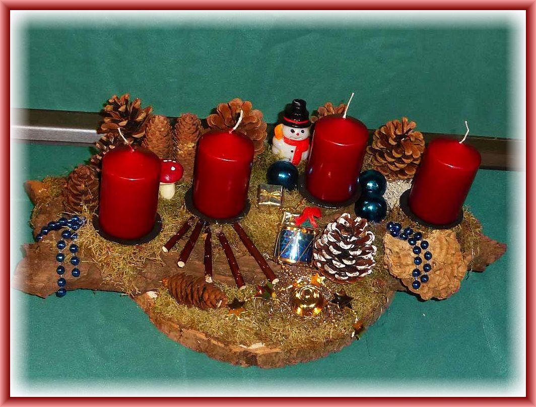 18. Recht großes, ca 40 cm langes und 25 cm tiefes 4er Gesteck mit burgungfarbenen Stumpenkerzen auf Baumscheibe und Baumrinde mit Moos, Zapfen, Angebranntem Rauchporling sowie Weihnachtsdekoration zu 15.00 €.