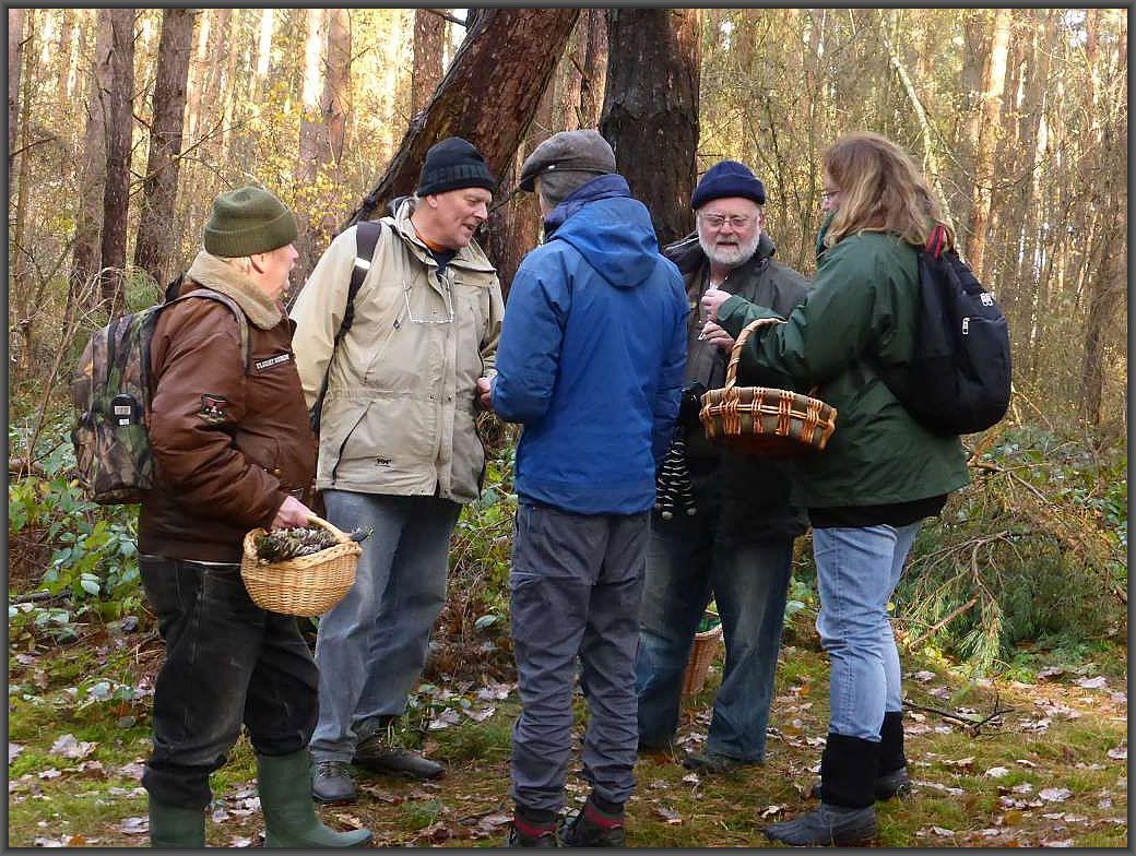 Immer wieder wird über die Fundstücke bei besonders interessierten Pilzfreunde diskutiert und philosophiert.