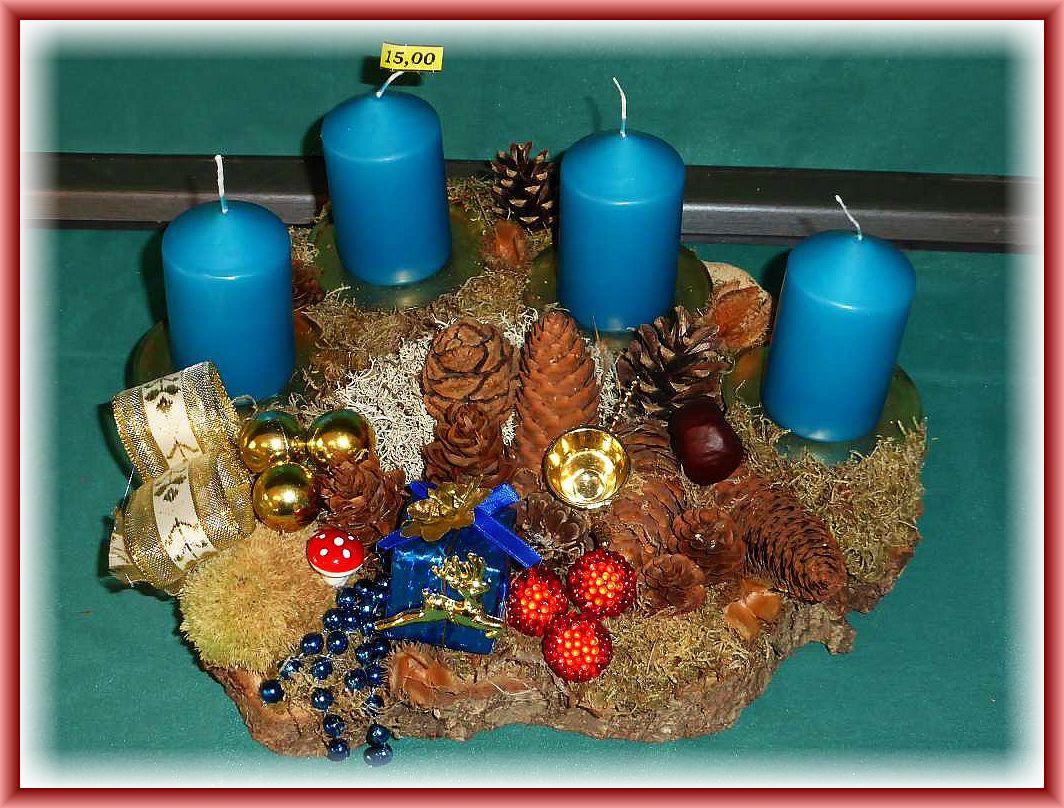 Größeres, rundliches 4er Gesteck auf Baumscheibe, etwa 35 cm im Durchmesser, mit petrolfarbenen Stumpenkerzen, verschiedenen Moosen, Rentierflechte, Eichenwirrling, Zapfen und Weihnachtsdekoration zu 15.00 € - Verkauft