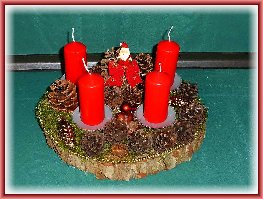 Rindes 4er Gesteck auf Baumscheibe, etwa 30 cm im Durchmesser, roten Stumpenkerzen, Kiefernzapfen, Weihnachtsdekoration, mit goldener Perlenkette umrandet zu 10.00 € - Verkauft.