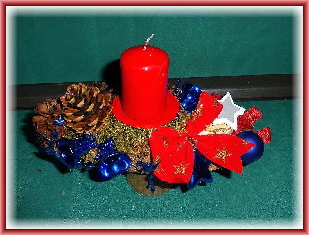 Kleine, hochbeiniges 1er Gesteck auf Rundholz mit roter Stumpenkerze, Moos, Kiefernzapfen und Weihnachtsdekoration zu 5.00 €.
